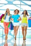 Dziewczyny w centrum handlowym Obrazy Stock