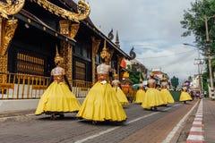Dziewczyny w festiwali/lów kostiumach na ulicie Chiang Mai, Tajlandia Obraz Stock