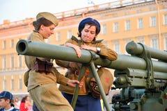 Dziewczyny w jednolitego gromadzenia się przeciwlotniczym pistolecie w stowed pozyci Zdjęcie Royalty Free