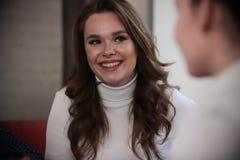 Dziewczyny w kawiarni Jeden dama siedzi z powrotem kamera Kobiety przyjaźnie i czasu wolnego pojęcie uśmiecha się obraz royalty free