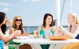 Dziewczyny w kawiarni na plaży Zdjęcie Royalty Free