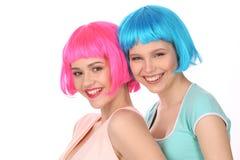 Dziewczyny w kolorowy peruk pozować z bliska Biały tło Fotografia Stock