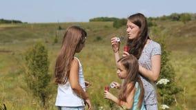 Dziewczyny w parkowym dmuchaniu gulgoczą z bąbel różdżką zbiory