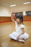 Dziewczyny w szkole podstawowej, biorą kurs klasyczny taniec Obrazy Stock