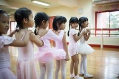 Dziewczyny w szkole podstawowej, biorą kurs klasyczny taniec Zdjęcia Stock