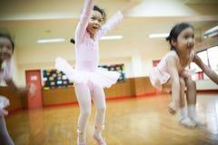 Dziewczyny w szkole podstawowej, biorą kurs klasyczny taniec Fotografia Royalty Free