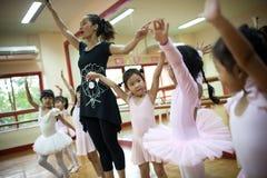 Dziewczyny w szkole podstawowej, biorą kurs klasyczny taniec Obraz Stock