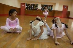Dziewczyny w szkole podstawowej, biorą kurs klasyczny taniec Fotografia Stock