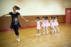 Dziewczyny w szkole podstawowej, biorą kurs klasyczny taniec Obrazy Royalty Free