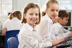 Dziewczyny w szkolnej klasie target469_0_ kamera zdjęcie royalty free