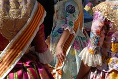 Dziewczyny w tradycyjnym kostiumu, świętuje fiesta w Hiszpania obrazy royalty free