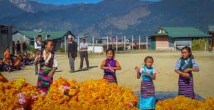 Dziewczyny w tradycyjnym smokingowym tanu dla kolegów z klasy nauczyciele i goście Num, Nepal obraz stock
