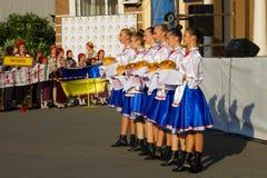 Dziewczyny w ukraińskiej tradycyjnej odzieży przygotowywają mile widziany gość Fotografia Royalty Free
