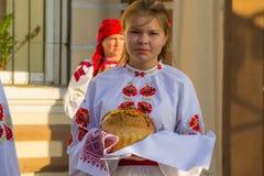 Dziewczyny w ukraińskiej tradycyjnej odzieży przygotowywają mile widziany gość Obrazy Royalty Free