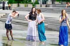 Dziewczyny w ulicznej fontannie Obrazy Stock