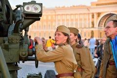 Dziewczyny wewnątrz mundurują rękojeść są wirującymi przeciwlotniczymi pistoletami przy Zdjęcie Royalty Free