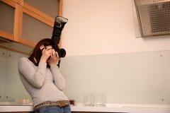 dziewczyny wewnętrzny kuchenny fotografii zabranie fotografia stock