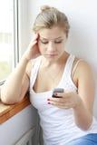dziewczyny wiadomości mobilny czytelniczy nastoletni Obrazy Royalty Free