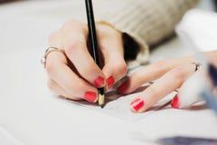 Dziewczyny Writing na Cootie łapaczu obrazy stock