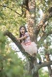 Dziewczyny wspinaczka na drzewie obrazy royalty free