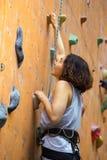 Dziewczyny wspinaczkowy up ściana obrazy stock