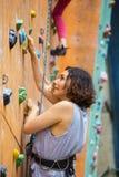 Dziewczyny wspinaczkowy up ściana obrazy royalty free