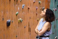 Dziewczyny wspinaczkowy up ściana obraz royalty free