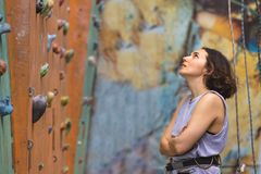 Dziewczyny wspinaczkowy up ściana zdjęcia stock