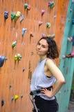 Dziewczyny wspinaczkowy up ściana zdjęcie stock