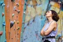 Dziewczyny wspinaczkowy up ściana obraz stock