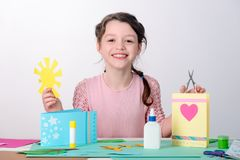 Dziewczyny wycinanka papierowy słońce zdjęcie stock