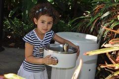 dziewczyny wypić wodę zdjęcie stock