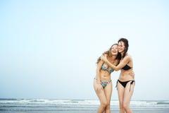 Dziewczyny Wyrzucać na brzeg wakacje letni więzi Urlopowego pojęcie zdjęcia royalty free