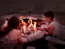Dziewczyny wznosi toast marshmallows Obrazy Stock