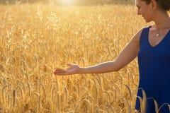 Dziewczyny wzruszająca banatka w pszenicznym polu Zdjęcia Royalty Free