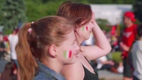 Dziewczyny z Meksykańską flaga na policzkach oglądają grę zbiory