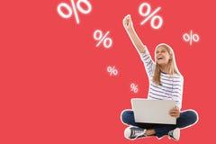 dziewczyny z podnieceniem nastoletni obsiadanie z laptop odświętności sukcesem z ręką podnoszącą, odizolowywający ilustracji