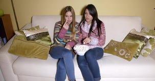 Dziewczyny z pucharem popkornu dopatrywania film w domu zbiory