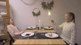 Dziewczyny z sparklers przy stołem zbiory wideo