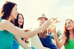 Dziewczyny z szampańskimi szkłami na łodzi Fotografia Stock
