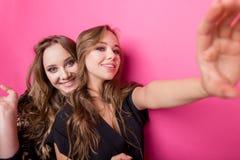 Dziewczyny z torba na zakupy bierze selfie z ich telefonem komórkowym Obraz Stock