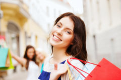 Dziewczyny z torba na zakupy w ctiy Obrazy Royalty Free