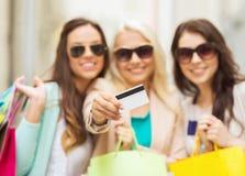 Dziewczyny z torba na zakupy w ctiy Zdjęcia Royalty Free