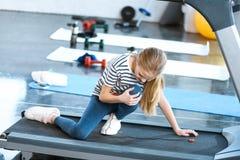 Dziewczyny zdradzony kolanowy obsiadanie na karuzeli Zdjęcia Royalty Free
