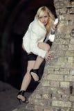 Dziewczyny zerkanie out od ściany za zdjęcia royalty free
