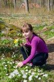 Dziewczyny zrywania kwiaty Obrazy Royalty Free