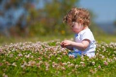 Dziewczyny zrywania kwiaty Zdjęcia Royalty Free