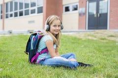 Dziewięć lat dziewczyny uczeń przy szkołą Obraz Stock