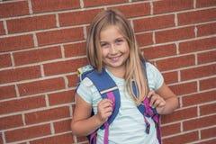Dziewięć lat dziewczyny uczeń przy szkołą Zdjęcie Stock