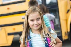 Dziewięć lat dziewczyny uczeń przy szkołą Zdjęcia Stock